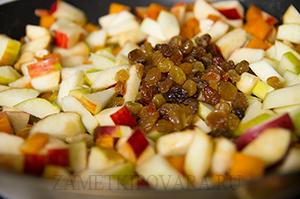 Пирог с тыквой, яблоками и изюмом