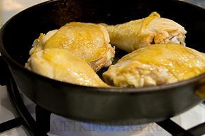 Курица, запечённая в белом вине, с карамелизованными яблоками