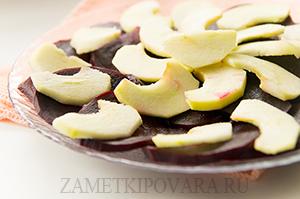 Салат из свеклы, яблок и сыра с грецкими орехами