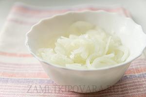 Слоеный салат с копченой курицей, яблоками и грецкими орехами