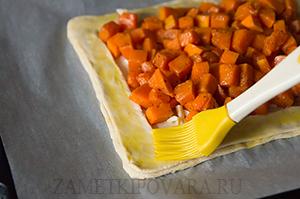 Слоеный пирог с тыквой, копченым сыром и шалфеем