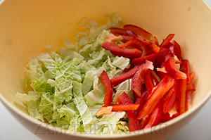 Салат с курицей и сырными шариками