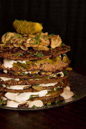 Печеночный торт с грибами и солеными огурцами