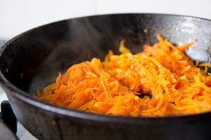 Печень, запеченная с морковью и луком