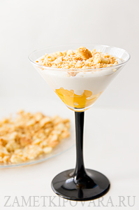 Творожный десерт с персиками, штрейзелем и шоколадом