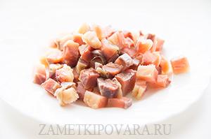 Блинные мешочки с красной рыбой в сырном соусе