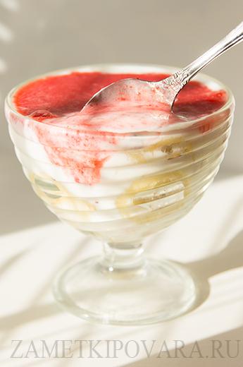 Полезный завтрак с йогуртом и овсяными хлопьями