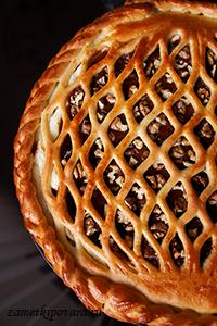Пирог с творожной начинкой, абрикосовым джемом и грецкими орехами