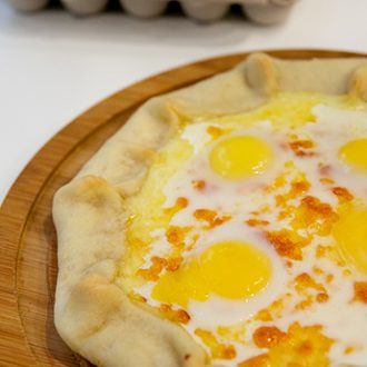 Несладкая галета с сулугуни и перепелиными яйцами