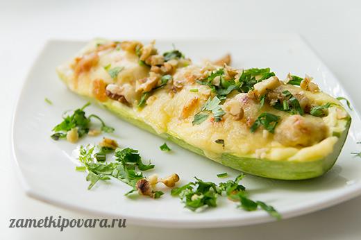 Кабачки, фаршированные болгарским перцем, изюмом и грецкими орехами
