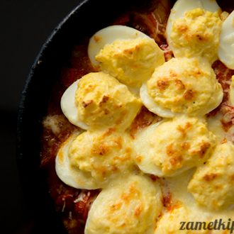 Фаршированные яйца, запеченные с помидорами