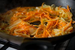 Рис с морковью, луком и кукурузой