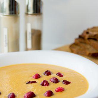 Зимний тыквенный суп с клюквой и пряностями