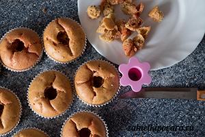 Розмариновые капкейки с солеными огурчиками и несладким крем-чизом