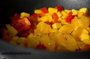 Яичная лапша с манго, болгарским перцем и апельсинами