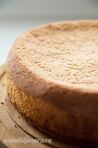 Бисквитный торт с персиками и кремом Пломбир