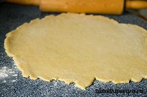 Пирог со сливами, лаймом и корицей