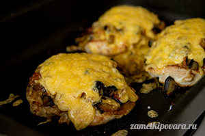 Куриные грудки под овощами и сыром