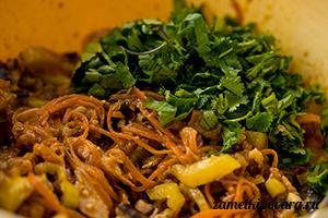 Острый салат с курицей и баклажанами