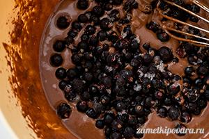 Шоколадные кексы с черной смородиной