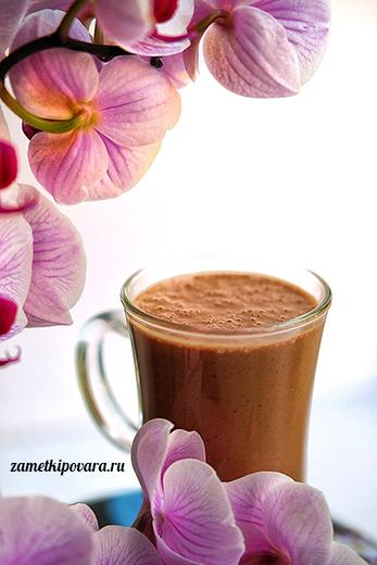 Шоколадный смузи с бананом, какао и арахисовой пастой