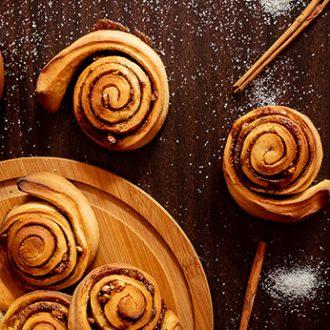 Сдобные булочки с корицей и орехами