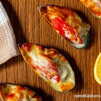 Мидии, запеченные с помидорами, чесноком и сыром