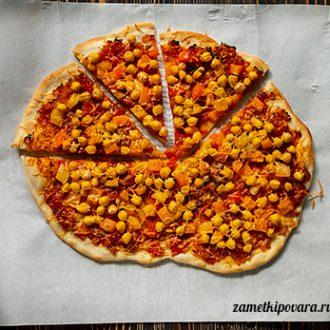 Пицца с помидорами и нутом