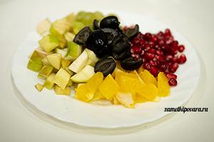 Новогодний фруктовый салат с маслинами и грецкими орехами