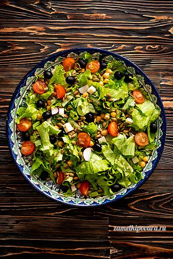 Салат из овощей с нутом и тыквенными семечками